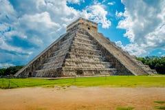 CHICHEN ITZA, MEXICO - NOVEMBER 12, 2017: Molnig sikt av Chichen Itza, en av de mest besökte arkeologiska platserna in Royaltyfria Bilder