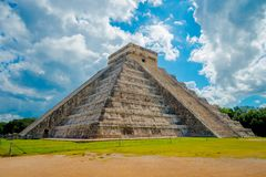 CHICHEN ITZA, MEXICO - NOVEMBER 12, 2017: Molnig sikt av Chichen Itza, en av de mest besökte arkeologiska platserna in Arkivbild