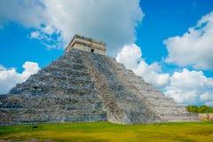 CHICHEN ITZA, MEXICO - NOVEMBER 12, 2017: Moment av den berömda pyramiden på Chichen Itza på den Yucatan halvön i Mexico Royaltyfri Foto
