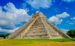 CHICHEN ITZA, MEXICO - NOVEMBER 12, 2017: Moment av den berömda pyramiden på Chichen Itza på den Yucatan halvön i Mexico Royaltyfria Foton