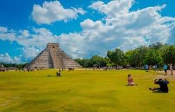 CHICHEN ITZA, MEXICO - NOVEMBER 12, 2017: Oidentifierad grupp av turister som besöker Chichen Itza, en av de nya 7 underna Arkivbilder