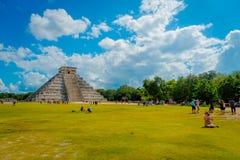 CHICHEN ITZA, MEXICO - NOVEMBER 12, 2017: Oidentifierad grupp av turister som besöker Chichen Itza, en av de nya 7 underna Royaltyfri Fotografi