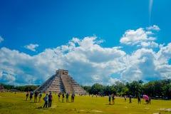CHICHEN ITZA, MEXICO - NOVEMBER 12, 2017: Oidentifierade turister som besöker Chichen Itza, en av de nya 7 underna av Royaltyfria Bilder