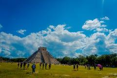 CHICHEN ITZA, MEXICO - NOVEMBER 12, 2017: Oidentifierade turister som besöker Chichen Itza, en av de nya 7 underna av Arkivfoton