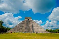 CHICHEN ITZA, MEXICO - NOVEMBER 12, 2017: Oidentifierade turister som besöker Chichen Itza, en av de nya 7 underna av Royaltyfri Fotografi