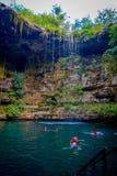 CHICHEN ITZA, MEXICO - NOVEMBER 12, 2017: Oidentifierade ungdomarsom simmar i Ik-Kil Cenote nära Chichen Itza, Mexico Royaltyfri Foto
