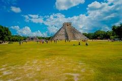 CHICHEN ITZA, MEXICO - NOVEMBER 12, 2017: Oidentifierat av turister som besöker Chichen Itza, en av de nya 7 underna av Royaltyfria Bilder