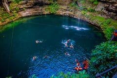 CHICHEN ITZA, MEXICO - NOVEMBER 12, 2017: Oidentifierat folk som simmar på Ik-Kil Cenote nära Chichen Itza, Mexico och Royaltyfri Fotografi