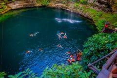 CHICHEN ITZA, MEXICO - NOVEMBER 12, 2017: Oidentifierat folk som simmar på Ik-Kil Cenote nära Chichen Itza, Mexico och Royaltyfria Foton