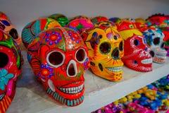 CHICHEN ITZA, MEXICO - NOVEMBER 12, 2017: Sluit omhoog van kleurrijke Mayan ceramische schedels, een regelmatig motief in oud royalty-vrije stock fotografie