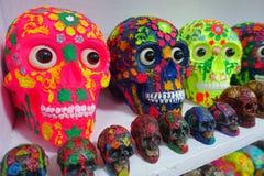 CHICHEN ITZA, MEXICO - NOVEMBER 12, 2017: Sluit omhoog van mooie en kleurrijke Mayan ceramische schedels, een regelmatig motief b stock foto's