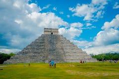CHICHEN ITZA, MEXICO - NOVEMBER 12, 2017: Turister som tycker om den härliga dagen i Chichen Itza, en av som besökas Arkivfoto