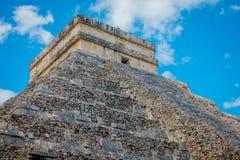CHICHEN ITZA, MEXICO - NOVEMBER 12, 2017: Utomhus- sikt av Chichen Itza, en av de mest besökte arkeologiska platserna in Arkivfoto