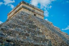 CHICHEN ITZA, MEXICO - NOVEMBER 12, 2017: Utomhus- sikt av Chichen Itza, en av de mest besökte arkeologiska platserna in Royaltyfria Bilder