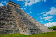 CHICHEN ITZA, MEXICO - NOVEMBER 12, 2017: Utomhus- sikt av Chichen Itza, en av de mest besökte arkeologiska platserna in Royaltyfria Foton