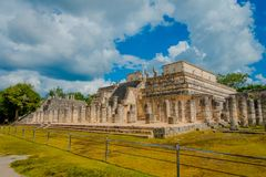 CHICHEN ITZA, MEXIKO - 12. NOVEMBER 2017: Ansicht im Freien des Tempels der Krieger bei Chichen Itza, Yucatan, Mexiko Lizenzfreie Stockfotos