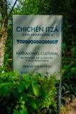 CHICHEN ITZA, MEXIKO - 12. NOVEMBER 2017: Informatives Zeichen der arqueologic Zone gelegen am Eingebung von Chichen Itza Lizenzfreie Stockfotografie