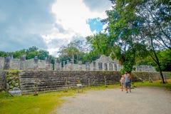 CHICHEN ITZA, MEXIKO - 12. NOVEMBER 2017: Schöne Ansicht im Freien von den nicht identifizierten Leuten, die in Chichen Itza Maya Stockbilder