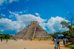CHICHEN ITZA, MEXIQUE - 12 NOVEMBRE 2017 : Personnes non identifiées appréciant et prenant des photos du scupture de Chichen Itza Photos stock