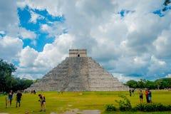 CHICHEN ITZA, MEXIQUE - 12 NOVEMBRE 2017 : Personnes non identifiées prenant des photos de Chichen Itza, un de le plus rendu visi Photos stock