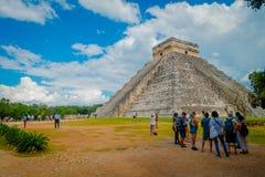 CHICHEN ITZA, MEXIQUE - 12 NOVEMBRE 2017 : Personnes non identifiées prenant des photos de Chichen Itza, un de le plus rendu visi Photo stock
