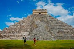 CHICHEN ITZA, MEXIQUE - 12 NOVEMBRE 2017 : Personnes non identifiées prenant des photos de Chichen Itza, un de le plus rendu visi Photographie stock