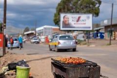 Chiches-kebabs étant faits cuire sur la rue dans la ville de Mokhotlong, Lesotho en Afrique image libre de droits