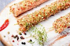 Chiches-kebabs crus dans des brochettes Images libres de droits