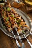 Chiches-kebabs de poulet avec la sauce aigre-doux Photo stock