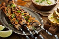Chiches-kebabs de poulet avec la sauce aigre-doux Image libre de droits