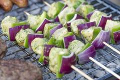 Chiches-kebabs de poulet de chaux, de menthe et de coriandre photos stock