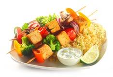 Chiches-kebabs de tofu sur le riz aromatisé avec de la moutarde Image stock