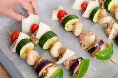 Chiches-kebabs de viande et de légume sur le plateau de cuisson Image libre de droits