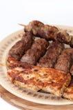 Chiches-kebabs et blanc de poulet sur le gril Image libre de droits