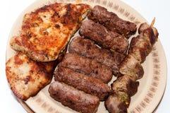 Chiches-kebabs et blanc de poulet sur le gril Images stock