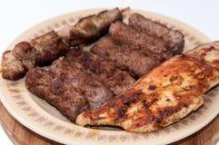 Chiches-kebabs et blanc de poulet sur le gril Photos libres de droits