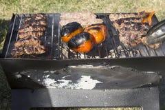 Chiches-kebabs et tomates sur un gril de charbon de bois Photos libres de droits