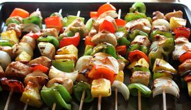 Chiches-kebabs grillés de poulet Photos stock