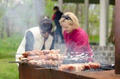 Chiches-kebabs prêts pour faire cuire sur un BBQ extérieur Image libre de droits