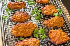 Chiches-kebabs rôtis épicés de poulet sur un support grillant Images libres de droits
