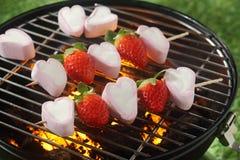 Chiches-kebabs savoureux de fraise et de guimauve Photo libre de droits