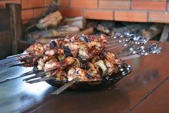 Chiches-kebabs sur des brochettes dans un plat sur la table Images stock