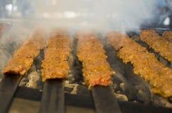 Chiches-kebabs sur le barbecue Chiche-kebab d'Adana de turc images libres de droits