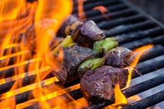 Chiches-kebabs sur le gril avec des flammes photographie stock