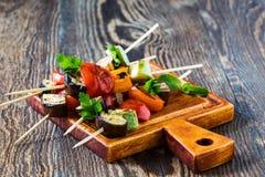 Chiches-kebabs végétaux d'été frais avec le tomatoe d'aubergine et de cerise Photographie stock
