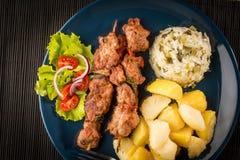 Chiches-kebabs - viande et légumes grillés image stock