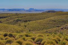 Chichester range WA. A sea of spinifex leads the eye to the flat-topped Chichester range Stock Photo