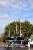Chichester UK - Februari 15 2017: Två segelbåtar på ställningar I arkivfoton