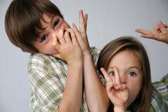 chichoczący rodzeństwa zdjęcia stock
