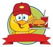 Chick Character Wearing amarelo um boné de beisebol e guardar um fast food sobre uma bandeira da fita Imagens de Stock Royalty Free